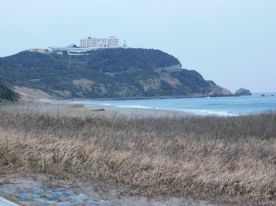 恋路ヶ浜から見た伊良湖ビューホテル